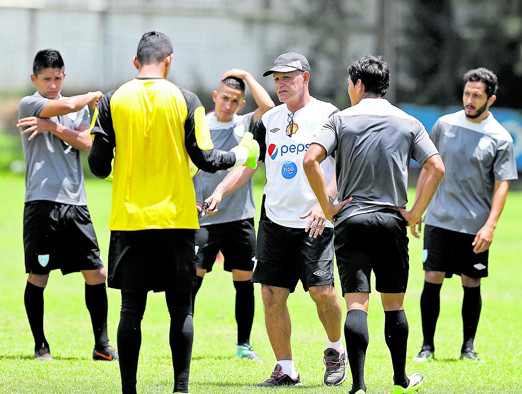 El timonel guatemalteco Wálter Claverí Alvarado convocó a 25 jugadores para poder desarrollar con la Selección Nacional su primer morfociclo de trabajo del 2019 (Foto Prensa Libre: Hemeroteca PL)
