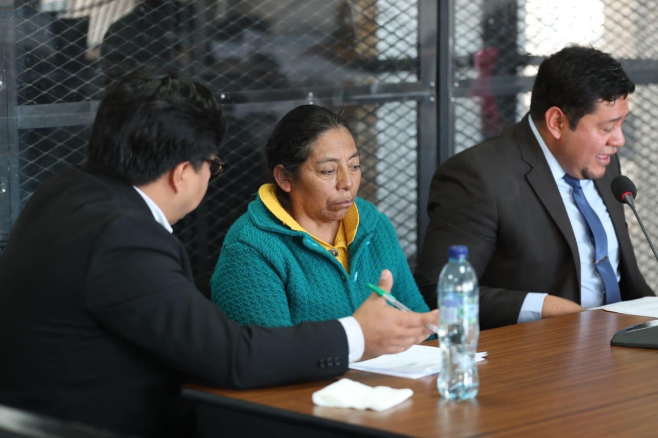 Francisca Antonio Juan siguió el debate con la ayuda de un intérprete de q'anjob'al. (Foto Prensa Libre: Carlos Hernández)