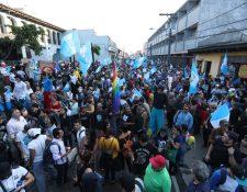 Los manifestantes  llegaron frente a la Corte de Constitucionalidad para expresarle su apoyo a los magistrados. (Foto Prensa Libre: Esbin García)