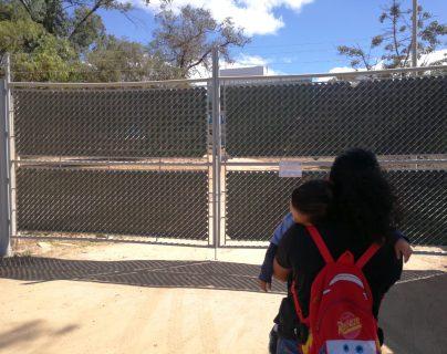 Varias personas han llegado al hospital de Villa Nueva, pues tenían información de que se atendía en la consulta externa. (Foto Prensa Libre: José Patzán)