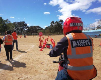 Los motoristas efectuaron las pruebas prácticas en el parque Erick Barrondo, zona 7. (Foto Prensa Libre: José Patzán)