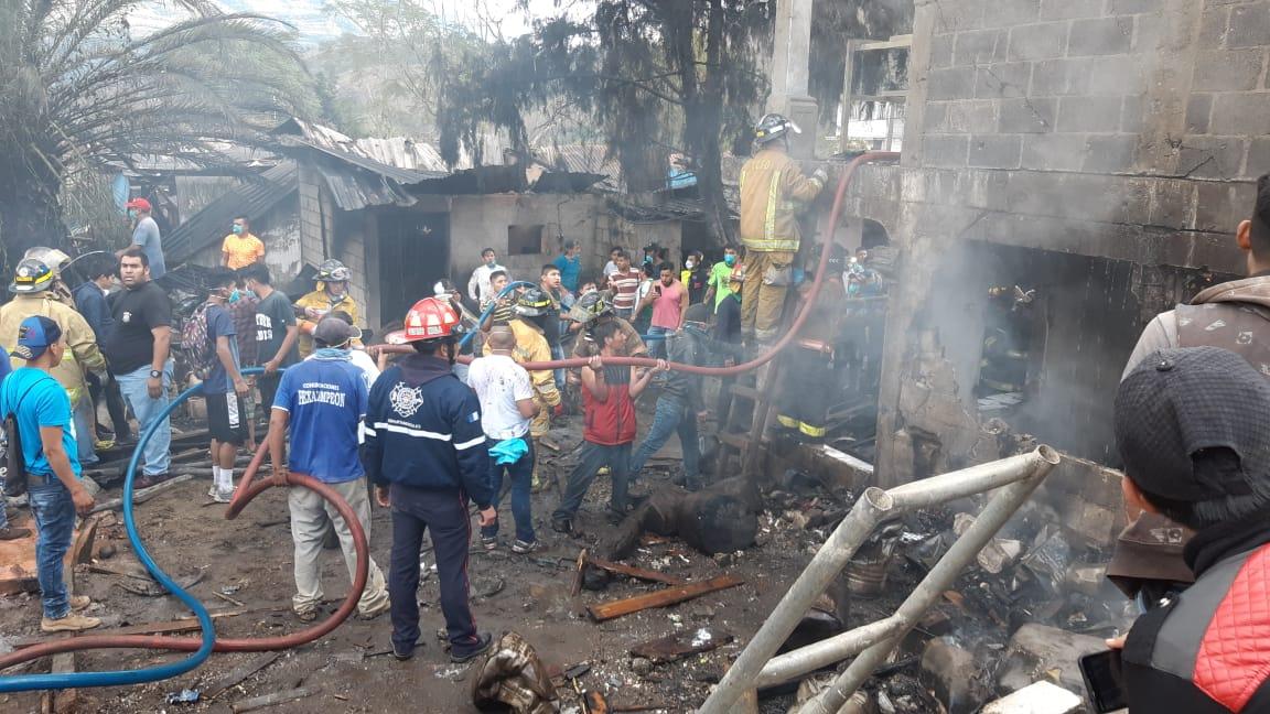 Socorristas y vecinos trabajan en el lugar de la explosión, en San Lorenzo El Cubo, Ciudad Vieja, Sacatepéquez. (Foto Prensa Libre: Julio Sicán)