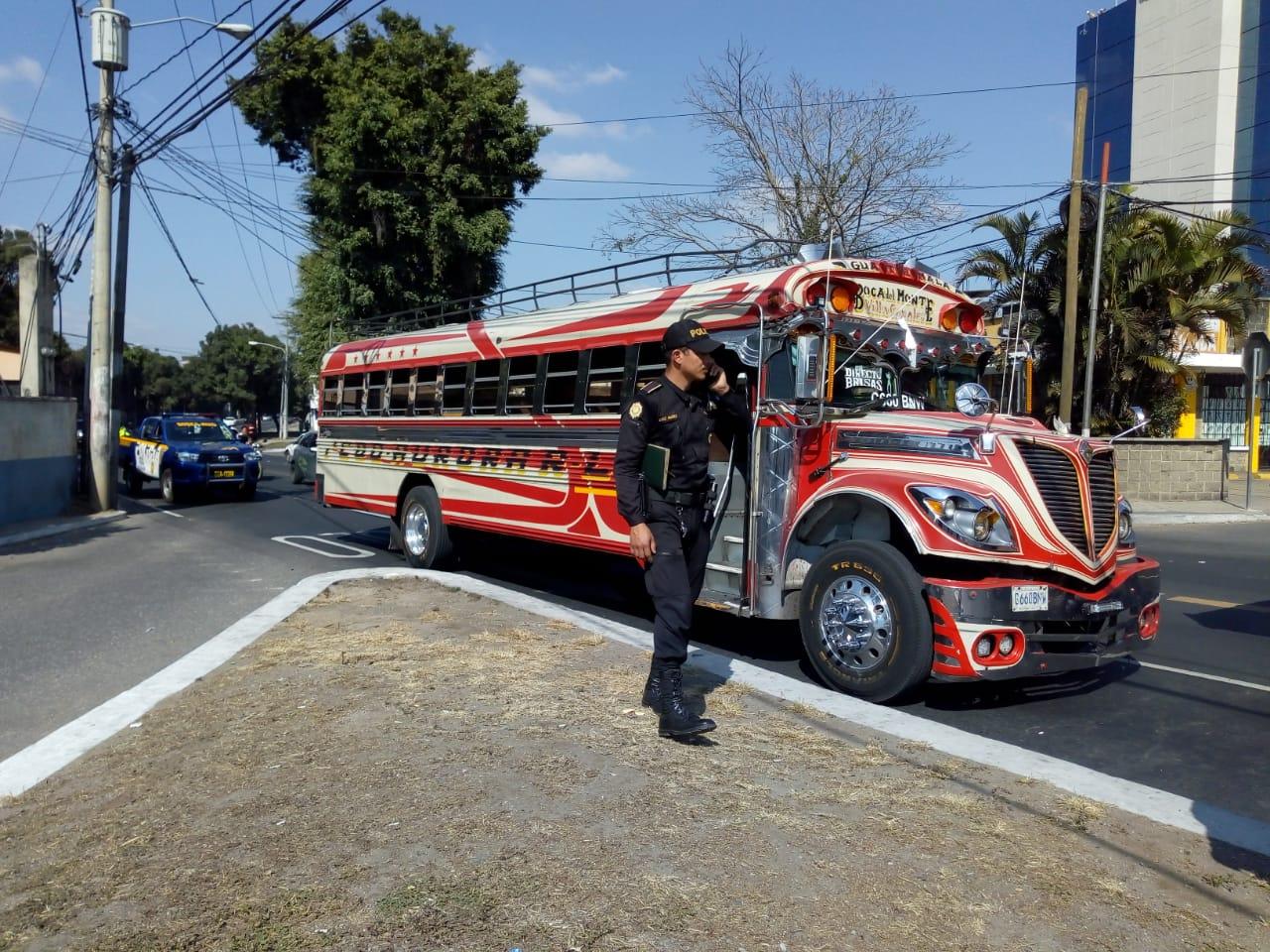 El autobús atacado en la avenida Hincapié. (Foto: Óscar Rivas)