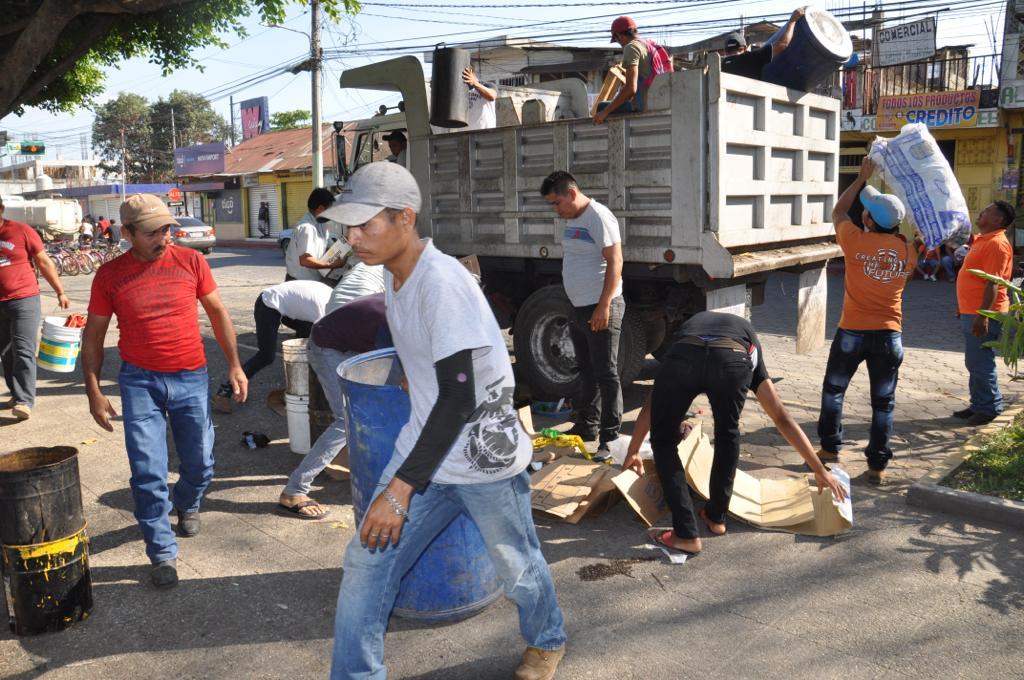 Vecinos de Ayutla, San Marcos desalojaron a migrantes hondureños y salvadoreños del parque central de la localidad fronteriza. (Foto Prensa Libre: Cortesía Erick Velásquez)