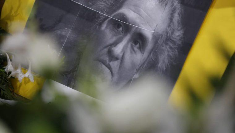 Una fotografía de Humberto Ak'abal yace a un costado del féretro con el cuerpo del poeta (Foto Prensa Libre: Óscar Rivas).