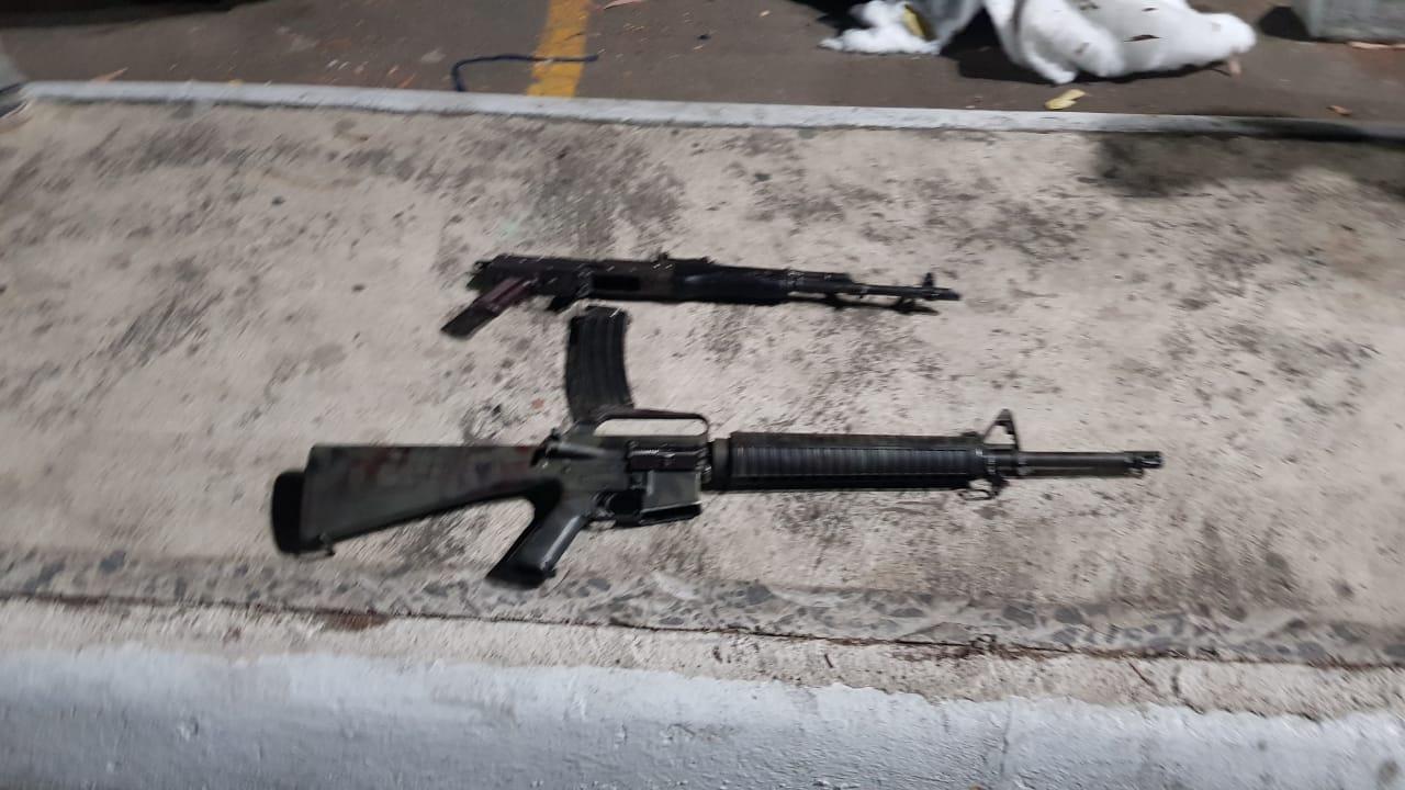 Al momento de su captura, la banda llevaba dos fusiles. (Foto: PNC)