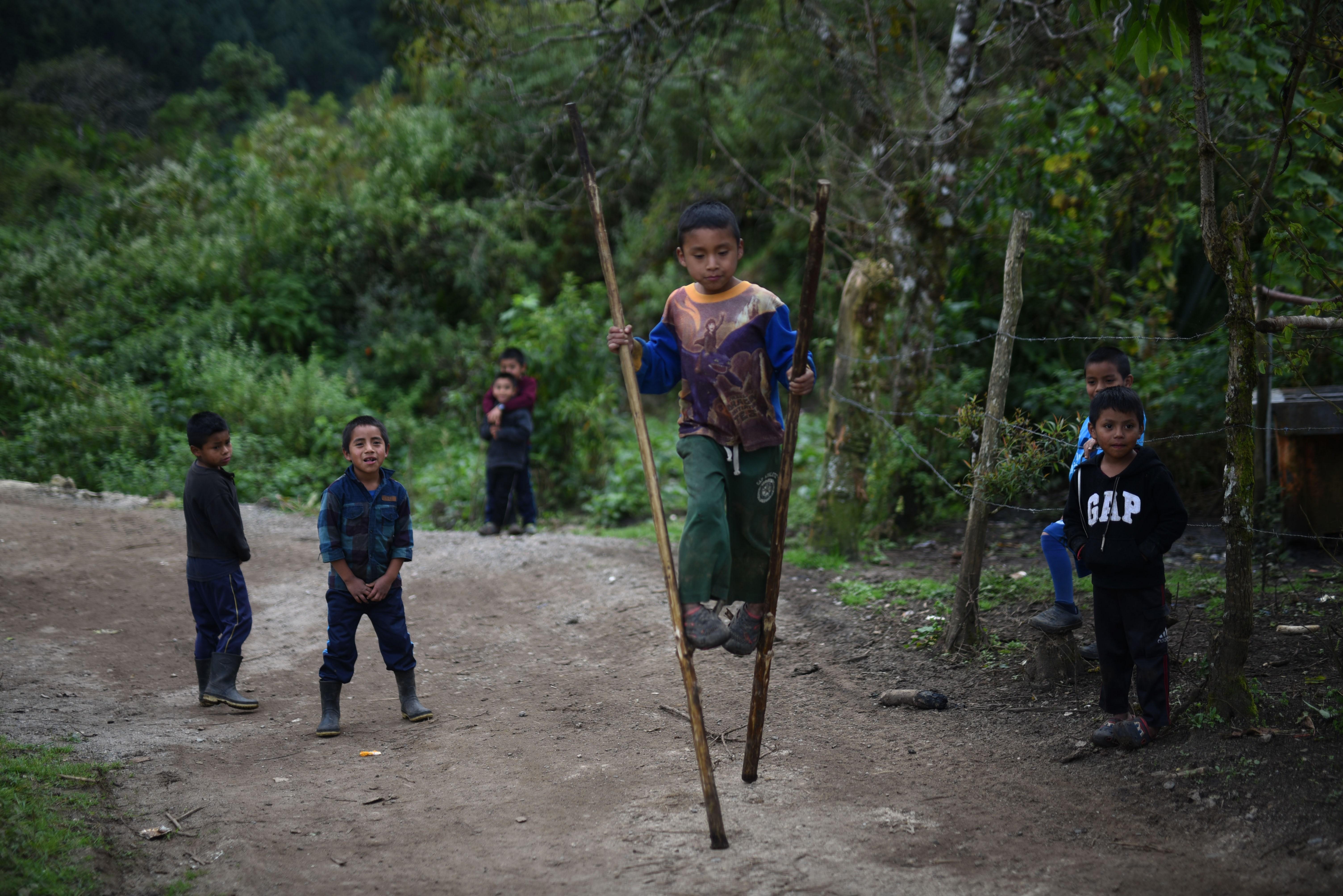En Yalambojoch, en Netón, Huehuetenango, hay alrededor de 500 niños, muchos están migrando con sus padres hacia Estados Unidos. (Foto Prensa Libre: EFE)