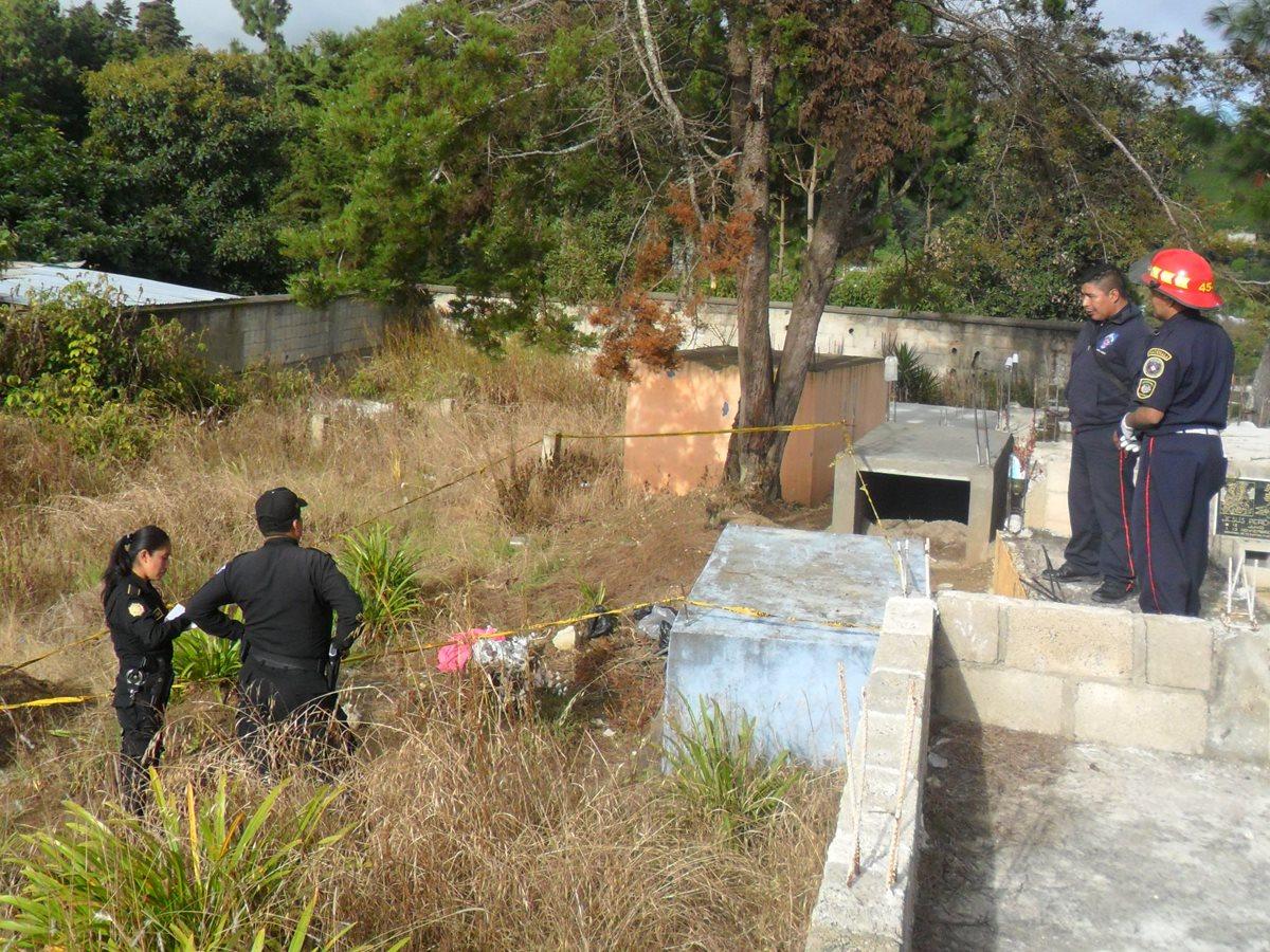 Agentes de la PNC resguardan cadáver de bebé abandonado, hallado en San Juan Comalapa. (Foto Prensa Libre: Víctor Chamalé)
