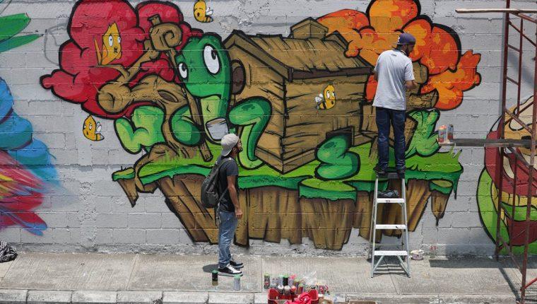 El objetivo de los murales es mejorar el entorno y hacer un llamado para proteger la naturaleza. (Foto Prensa Libre: Carlos Hernández).