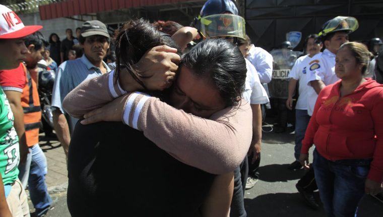 Parientes pasaron horas fuera del albergue con la angustia de no saber nada de sus seres queridos. (Foto Prensa Libre: Carlos Hernández)