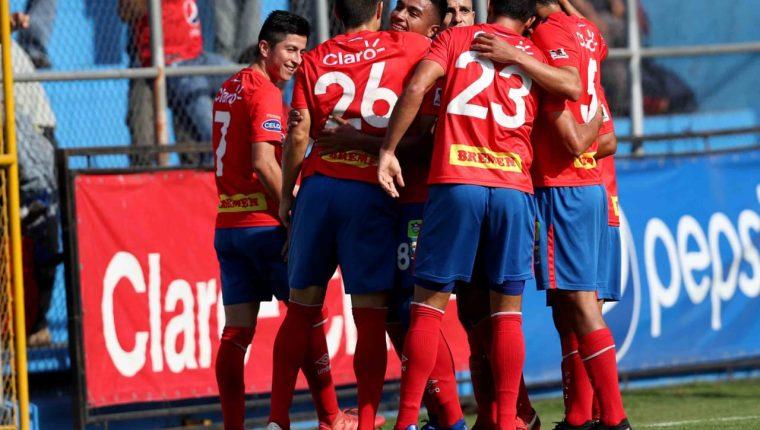 Así festejaron los jugadores de Municipal, en El Trébol. (Foto Prensa Libre: Carlos Vicente)