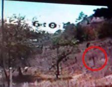 El reo intentó fugarse por un descuido de agentes de la PNC, en Salcajá, Quetzaltenango. (Foto Prensa Libre: Tomada del video)