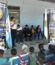 Agentes de la PNC participan en rehabilitación de escuela en la cabecera de Chiquimula. (Foto Prensa Libre: Edwin Paxtor)