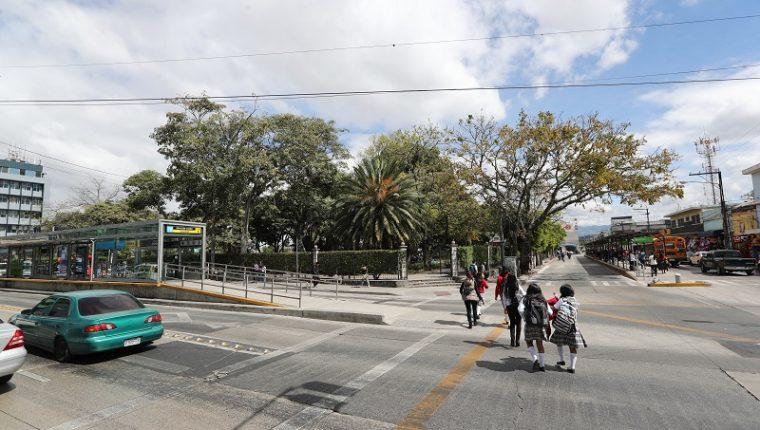 El año pasado se ordenó el paso de las unidades de Transurbano por la 9a. calle de la zona 1, junto al parque Colón. (Foto Prensa Libre: Érick Ávila)