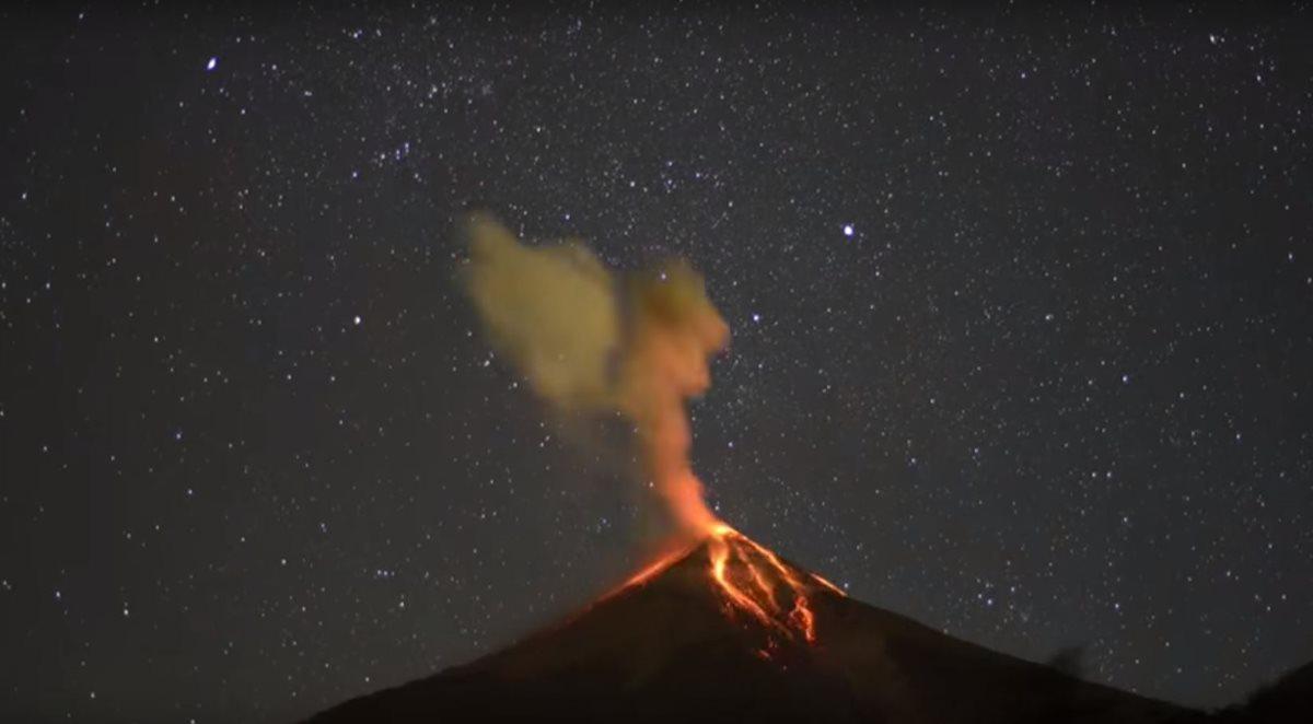 Erupciones del volcán de Fuego captadas por Ricky López
