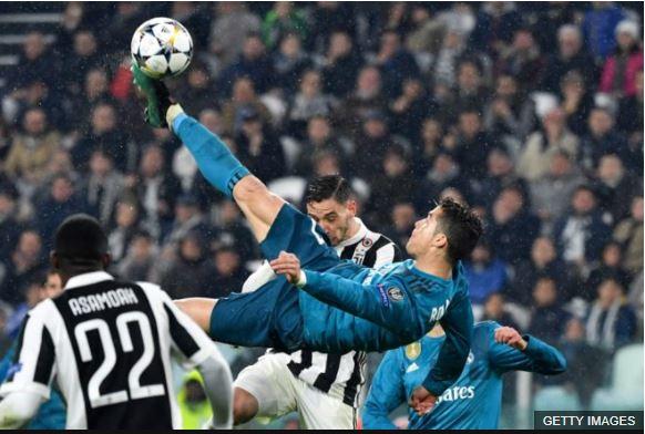 """Ronaldo conecta el balón para anotar el que él calificó como """"el mejor gol de su carrera""""."""