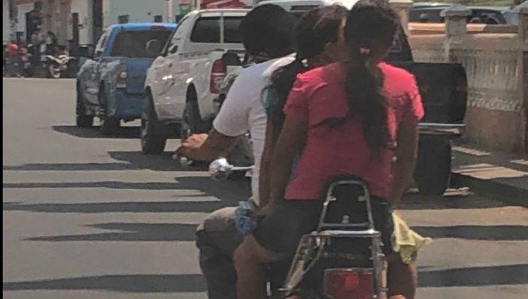 Tres personas sin casco captadas en motocicleta en Chiquimula.