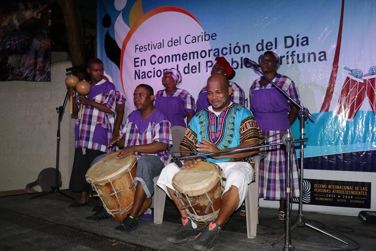 Grupos de tamboristas garífunas participaron en la conmemoración de su día en Livingston, Izabal. (Foto Prensa Libre: Dony Stewart)