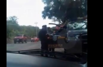 Los agentes en un autopatrulla exigen dinero a piloto. (Foto Prensa Libre: tomada de video)