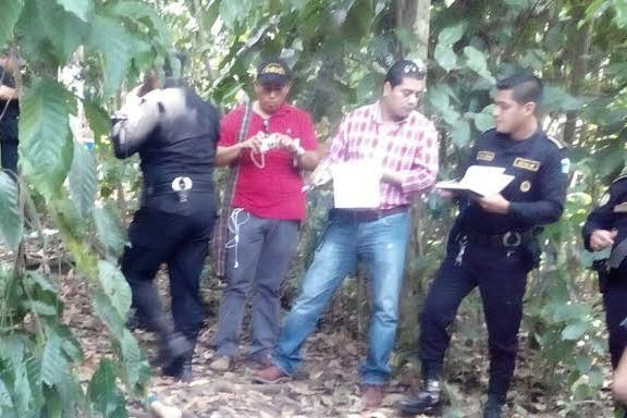 Agentes de la PNC acordonan lugar donde una mujer murió a golpes, en Cuyotenango, Suchitepéquez. (Foto Prensa Libre: Bomberos Municipales Departamentales)