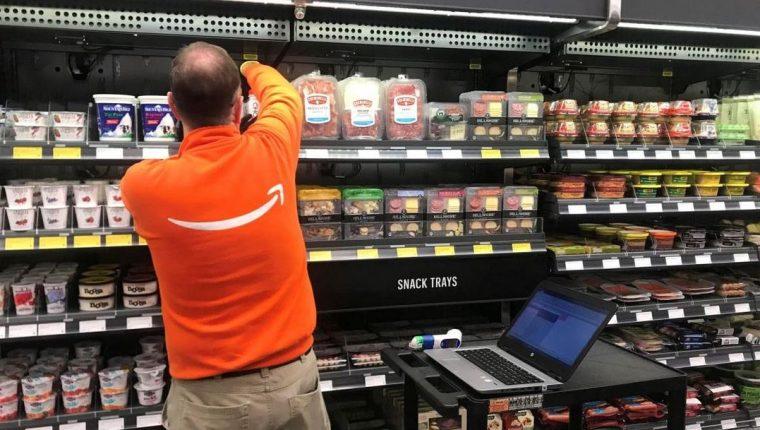 Un empleado de Amazon organizando los productos. (Foto Prensa Libre: Reuters)