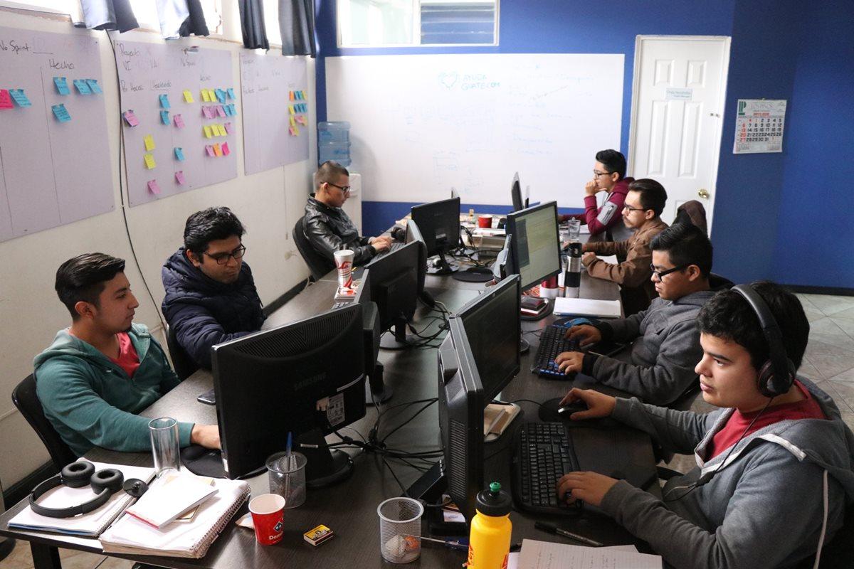 El equipo que conforma Cian Coders y que exporta software, desde un edificio de la zona 3 de Xela, a varios países de Europa, Asia y Norte y Sudamérica. (Foto Prensa Libre: María José Longo)