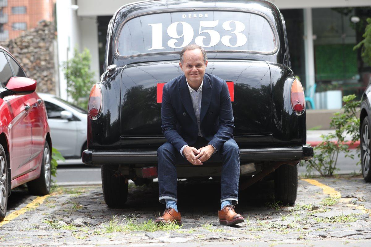 Emilio Méndez es director de Innovación de Saúl y trajo parte del cambio de colecciones, diseños de trajes y complementos. (Foto Prensa Libre: Érick Ávila)