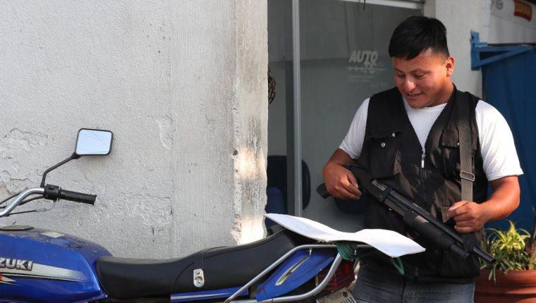 Pedro Perebal Pérez estudia varios idiomas y es guardia de seguridad en un taller, en la zona 5 capitalina. (Foto Prensa Libre: Estuardo Paredes)