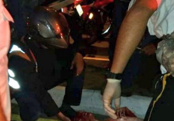 Bomberos atienden al supuesto asaltante. (Foto: Tiwtter/@amilcarmontejo)