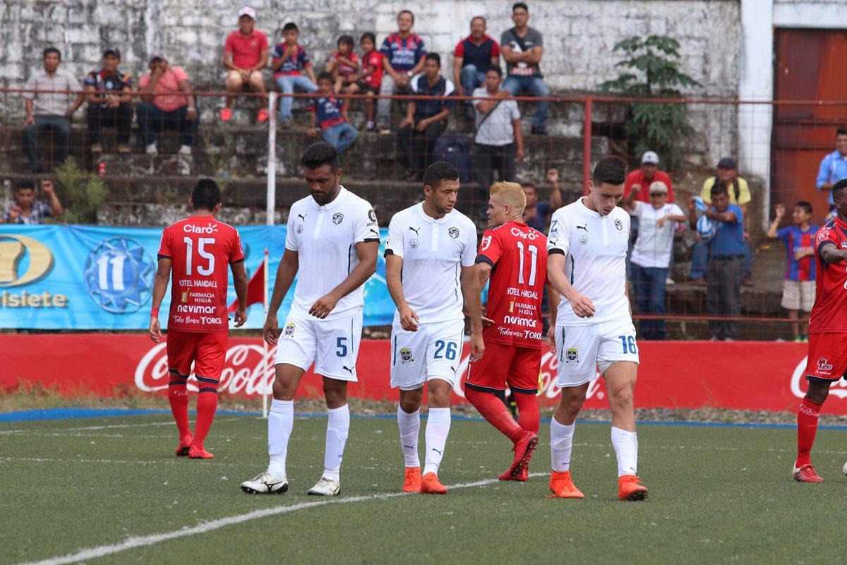 Los jugadores de Comunicaciones muestras su decepción después de la derrota del domingo contra Malacateco. (Foto Prensa Libre: Raúl Juárez).