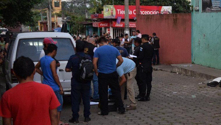 Investigadores de la PNC recaban evidencias en la cabecera de Escuintla, donde un adolescente fue ultimado. (Foto Prensa Libre: Carlos E. Paredes)