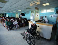 Desde las 6 horas las salas de espera del centro asistencial lucieron llenas. (Foto Prensa Libre: Mynor Toc)