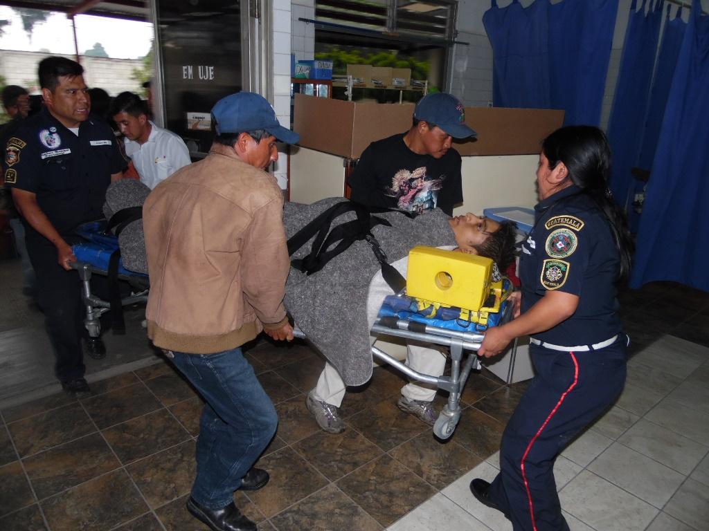 Hombre que sufrió quemaduras a causa de un rayo, en San Juan Comalapa, Chimaltenango, es ingresado por socorristas al Hospital Nacional de Chimaltenango. (Foto Prensa Libre: José Rosales)