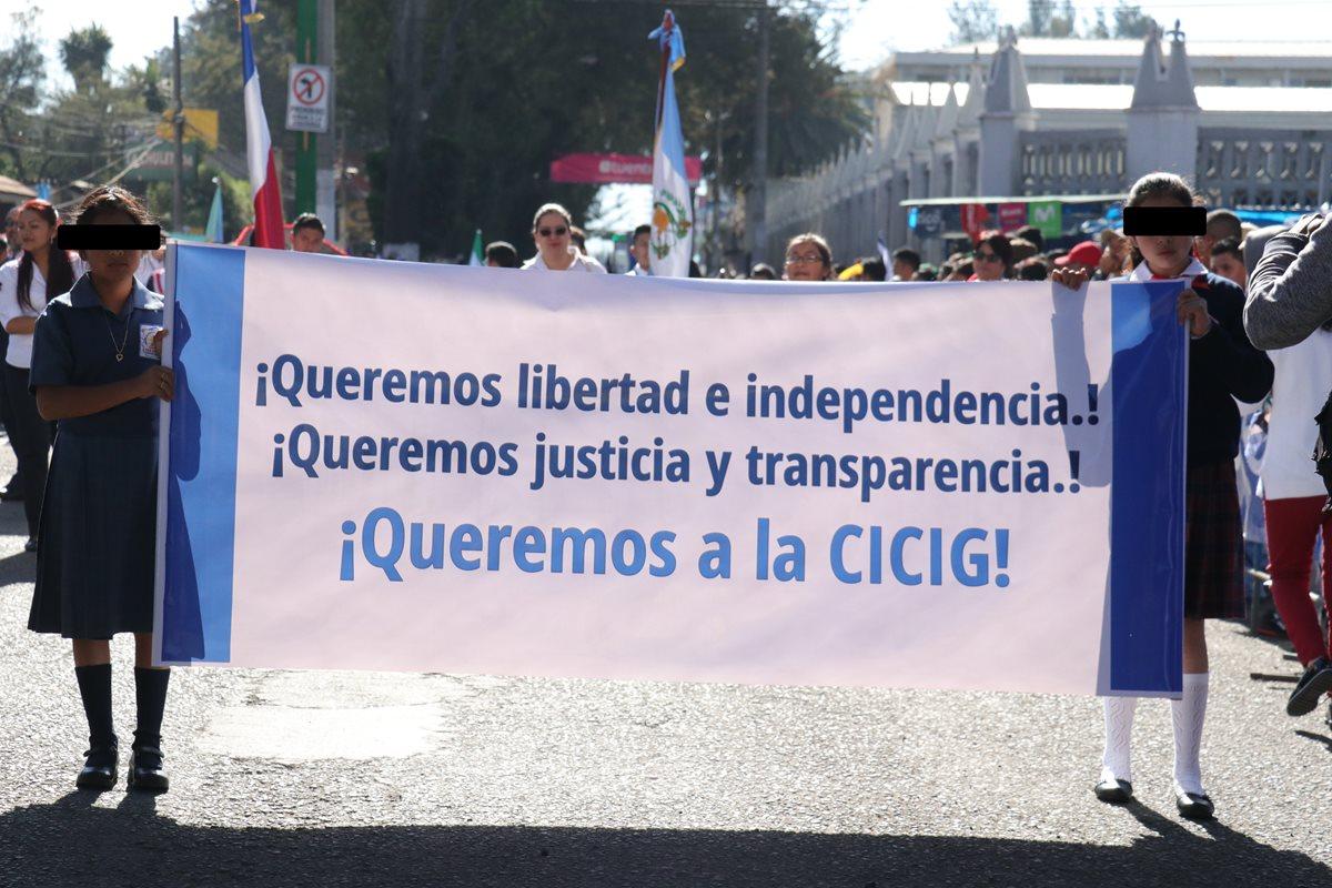 Todos las escuelas oficiales primaria que desfilaron el pasado 7 llevaron una pancarta con un mensaje a favor de Cicig. (Foto Prensa Libre: Hemeroteca PL)