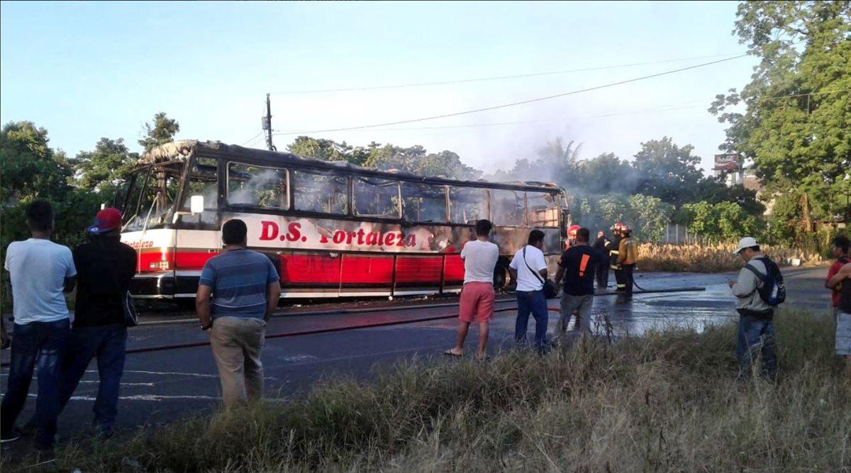 Un bus de Transportes Fortaleza se incendió esta mañana, en Coatepque, Quetzaltenango, por una falla electromecánica. (Foto Prensa Libre: Cortesía)
