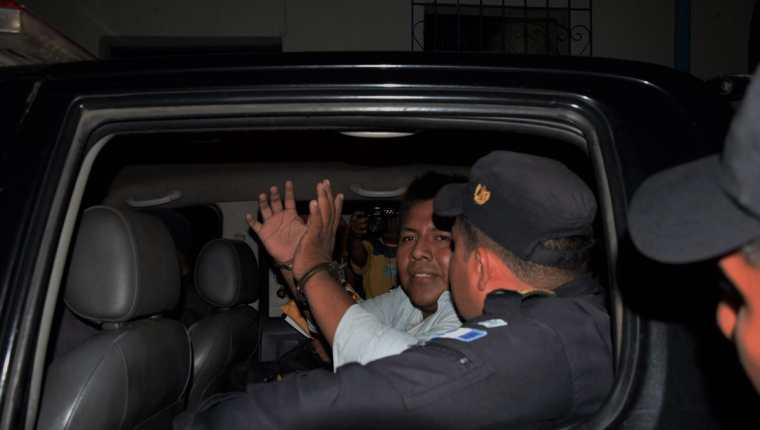 El reportero Francisco Nix es trasladado por agentes de la PNC en Santa Lucía Cotzumalguapa, Escuintla. (Foto Prensa Libre: Carlos E. Paredes)