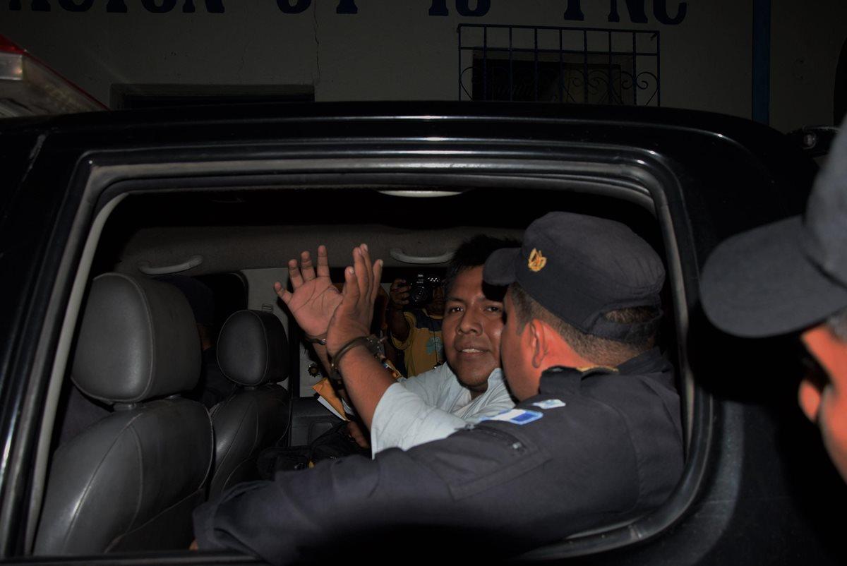 Policías agreden y consignan a periodista