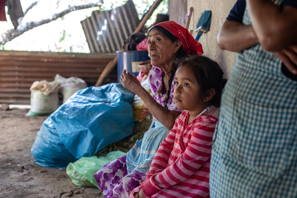 La familia Martínez Asencio cosechó seis quintales de granos, la tercera parte de lo que acostumbran durante la época de lluvia. (Foto Prensa Libre: Juan Diego González)