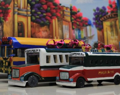 Camionetas fabricadas por artesanos plasman en la resistente madera la cultura multicolor del país. En muchos hogares forman parte de la decoración, pero son tan atractivas que los niños las toman como juguetes (Foto Prensa Libre: Esbin García),