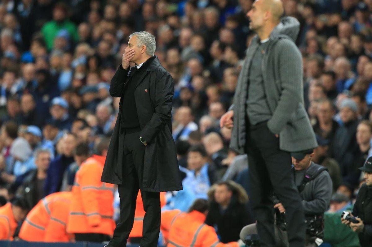 Mourinho da instrucciones en el duelo del Mánchester United contra el City. (Foto Prensa Libre: AFP).