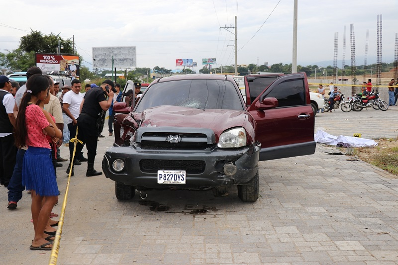 Peritos del Ministerio Público examinan el vehículo que causó el percance por el que murió pareja, en Chiquimula. (Foto Prensa Libre: Mario Morales)