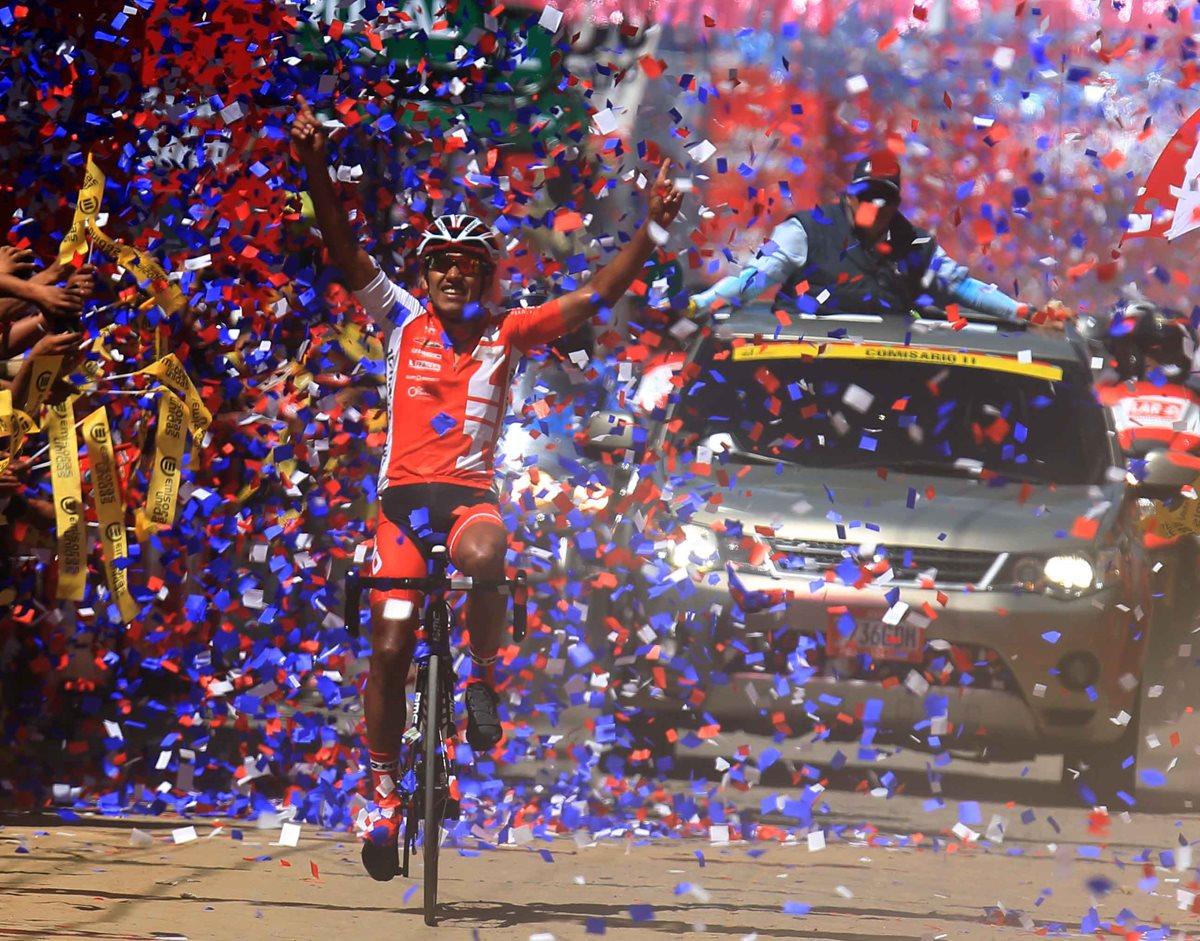 Jonathan de León celebra al cruzar la meta en el parque de Tecpán en la octava jornada de la 56 Vuelta a Guatemala. (Foto Prensa Libre: Carlos Vicente )