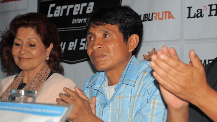 Óscar Raxón fue felicitado por su buena participación en los Juegos Paralímpicos. (Foto Prensa Libre: Carlos Vicente)
