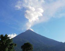 Actividad del Volcán de Fuego esta mañana, lo que provoca caída de ceniza en lugares aledaños. (Foto Prensa Libre: Conred)