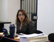 Exfuncionaria Claudia Ávila, durante la audiencia del inicio del juicio en el Tribunales Segundo de Sentencia Penal. (Foto Prensa Libre: María José Longo)
