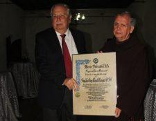 Fray Guillermo Bonilla recibe homenaje en Antigua Guatemala. (Foto Prensa Libre: Miguel López)