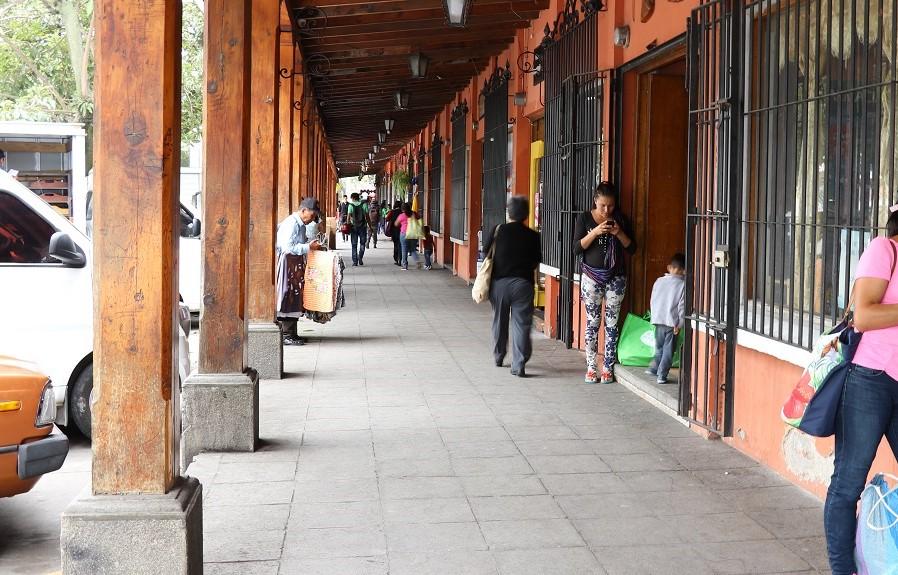 El Portal de la Calzada de Santa Lucía cuenta con 11 locales municipales y siete privados. (Foto Prensa Libre: Julio Sicán).