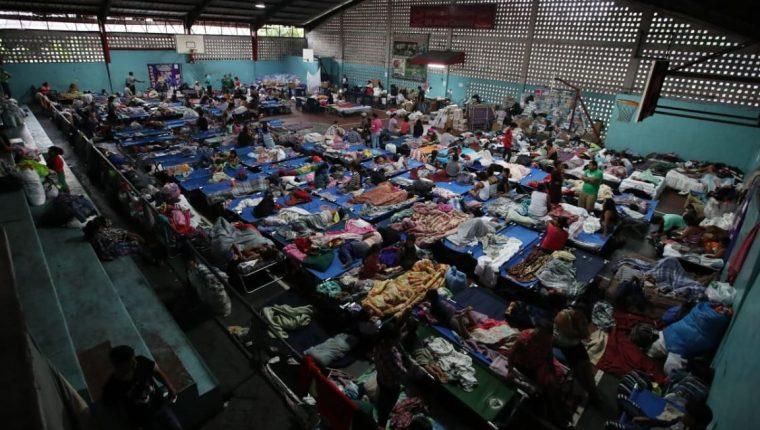 En Escuintla hay albergadas más de mil 500 personas, según Conred. (Foto Prensa Libre: Oscar Felipe)