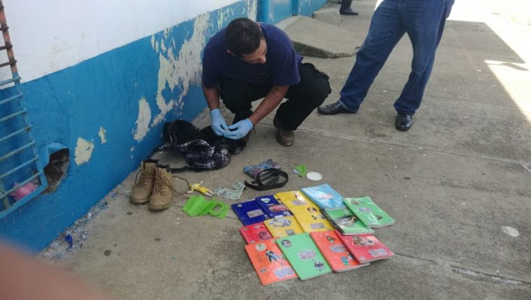 Los cuadernos del niño arrollado en Santa María Ixhuatán, Santa Rosa, quedaron tirados en el suelo.(Foto Prensa Libre: Oswaldo Cardona)