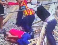 Aficionados del equipo de Herediano golpean a uno del Cartaginés con un piedra. (Foto Redes).